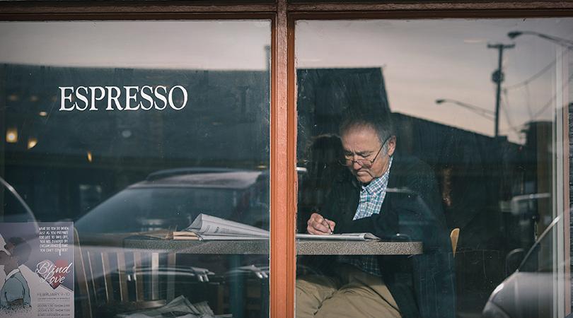 mandat d'inaptitude lecture dans un café