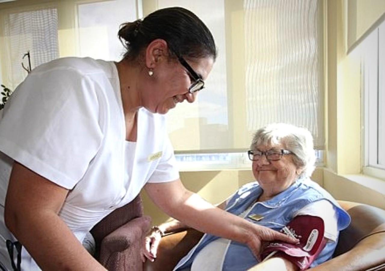 Infirmière prenant soin d'une résidente