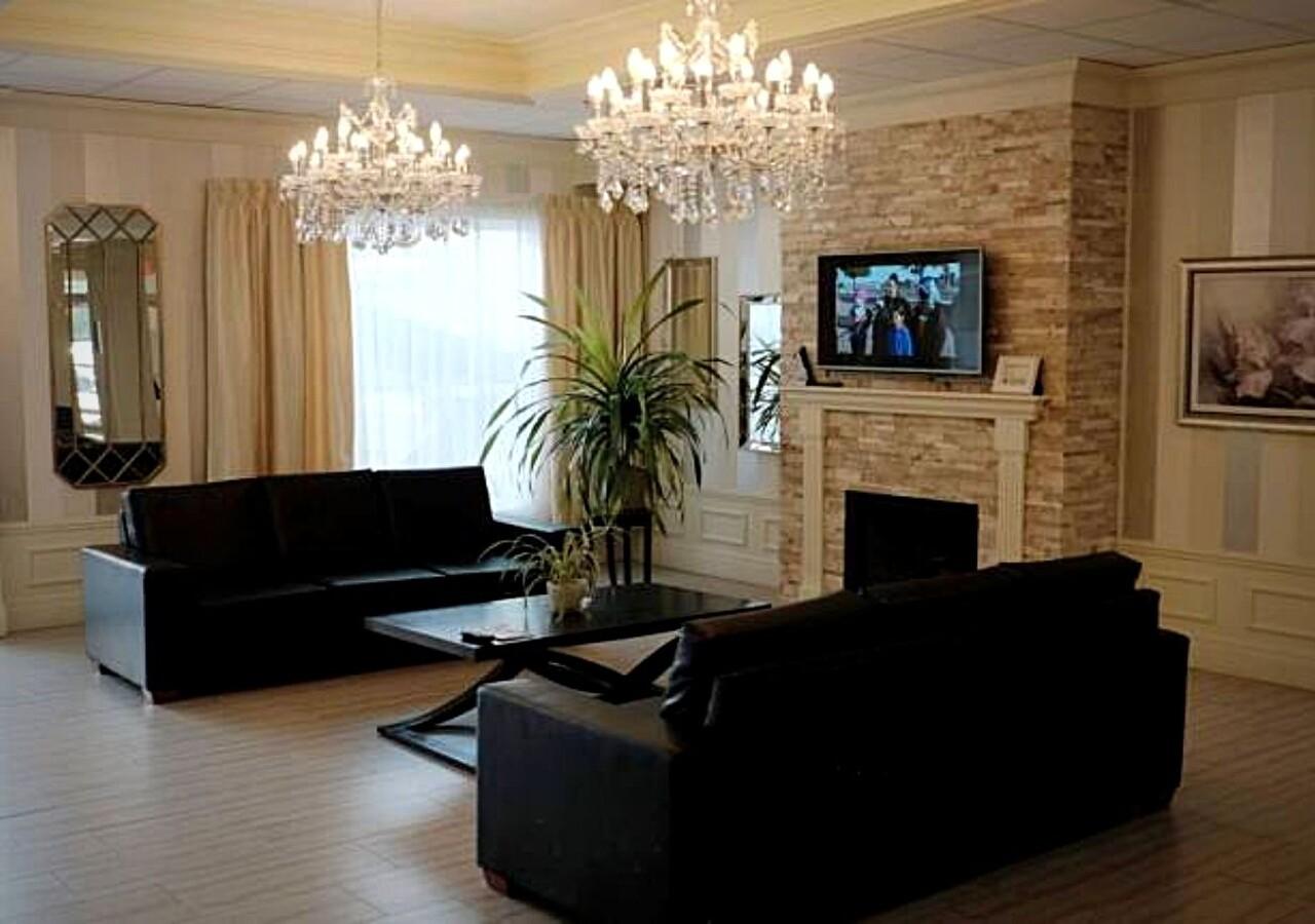 Lobby avec luminaires majestueux