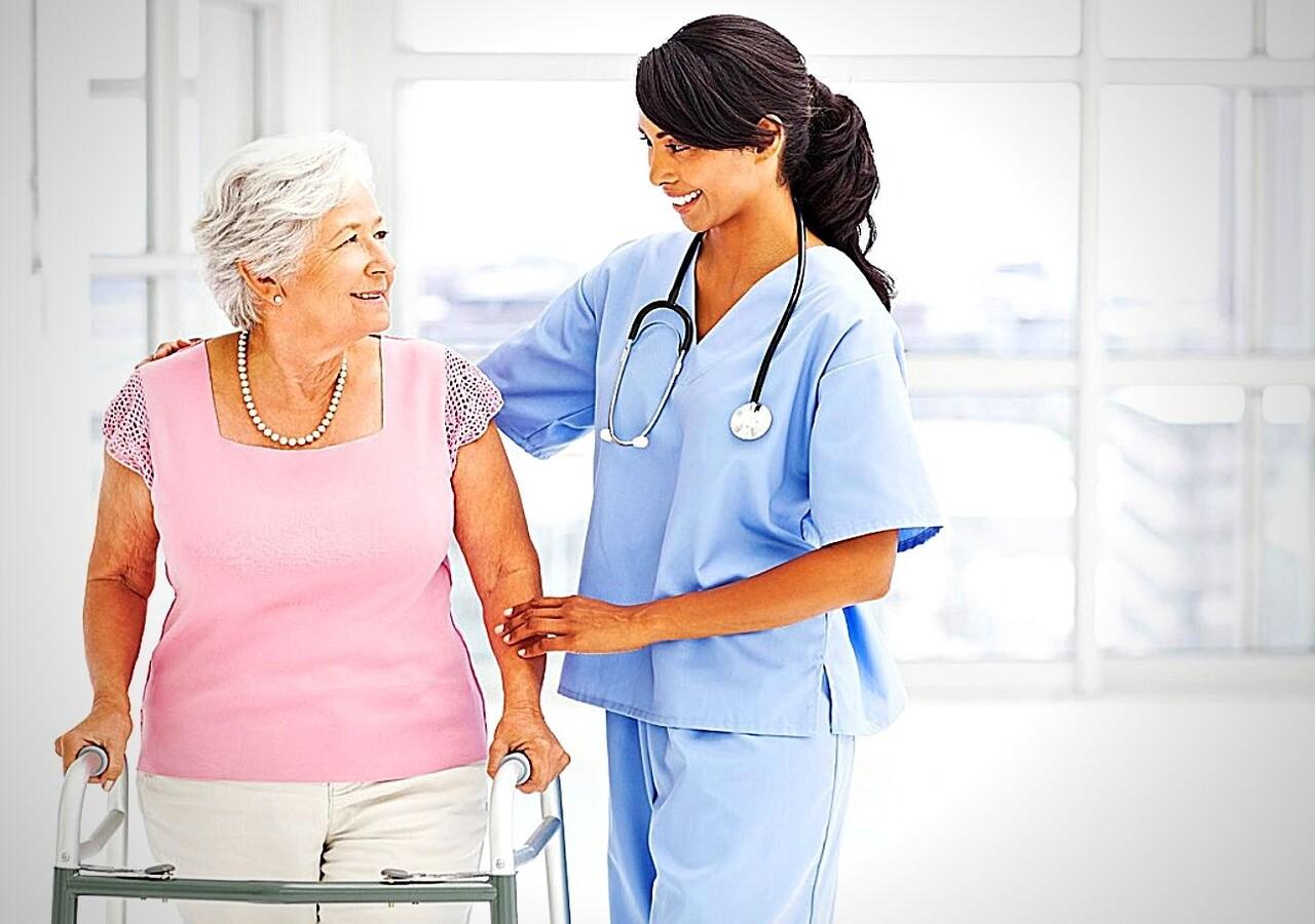Infirmière auxiliaire aidant une résidente