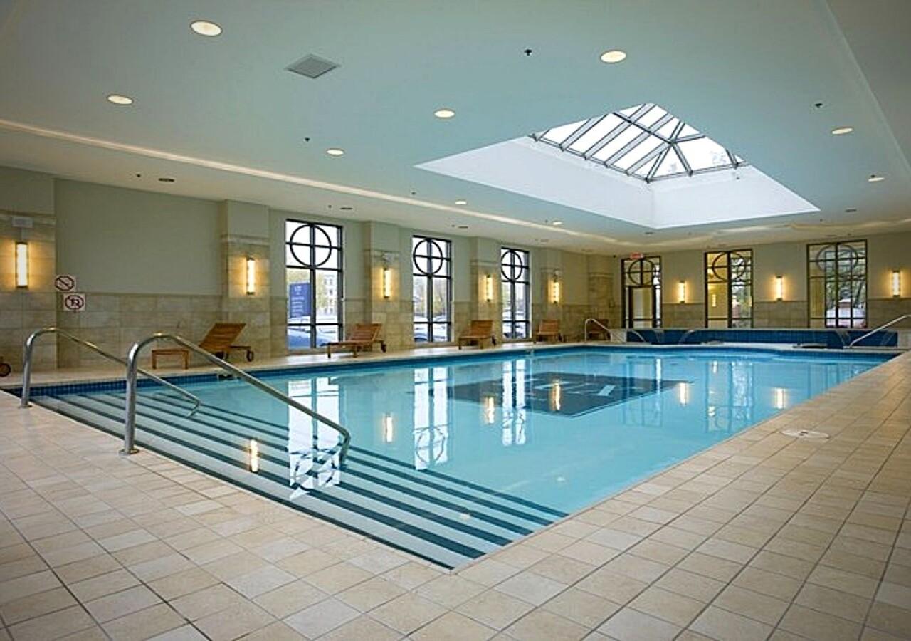 Lux Gouverneur Saguenay grande piscine intérieure