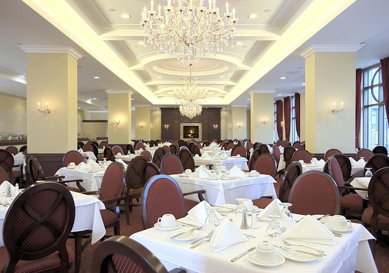Salle à manger avec tables bien montées