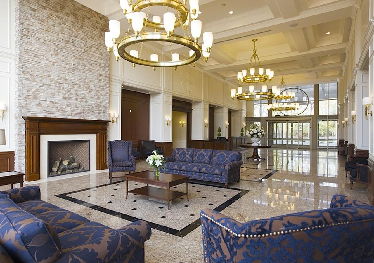 Hall d'entrée luxueux avec chandeliers et grands sofas