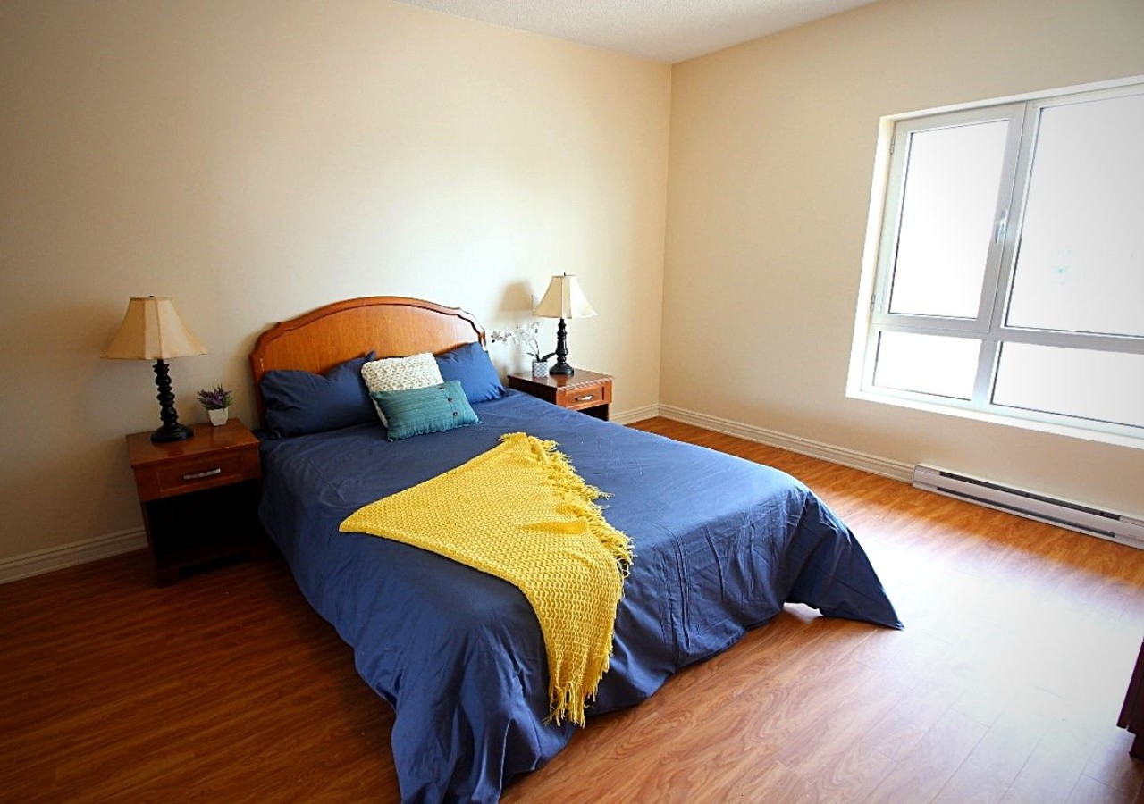 Chambre avec grande fenêtre