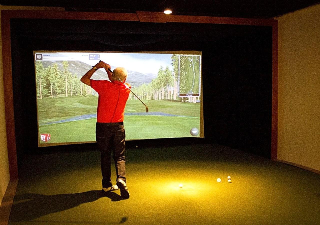 Résident utilisant le simulateur de golf