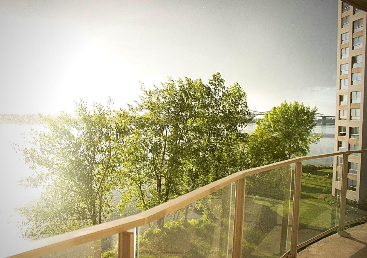 Balcon donnant vue sur le fleuve Saint-Laurent