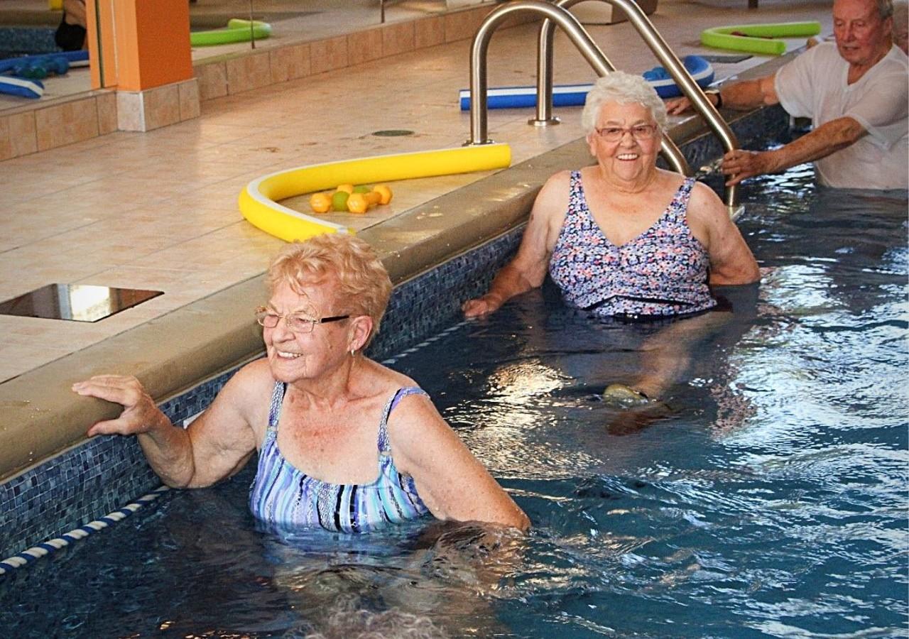 Résidents en train de profiter de la piscine intérieure