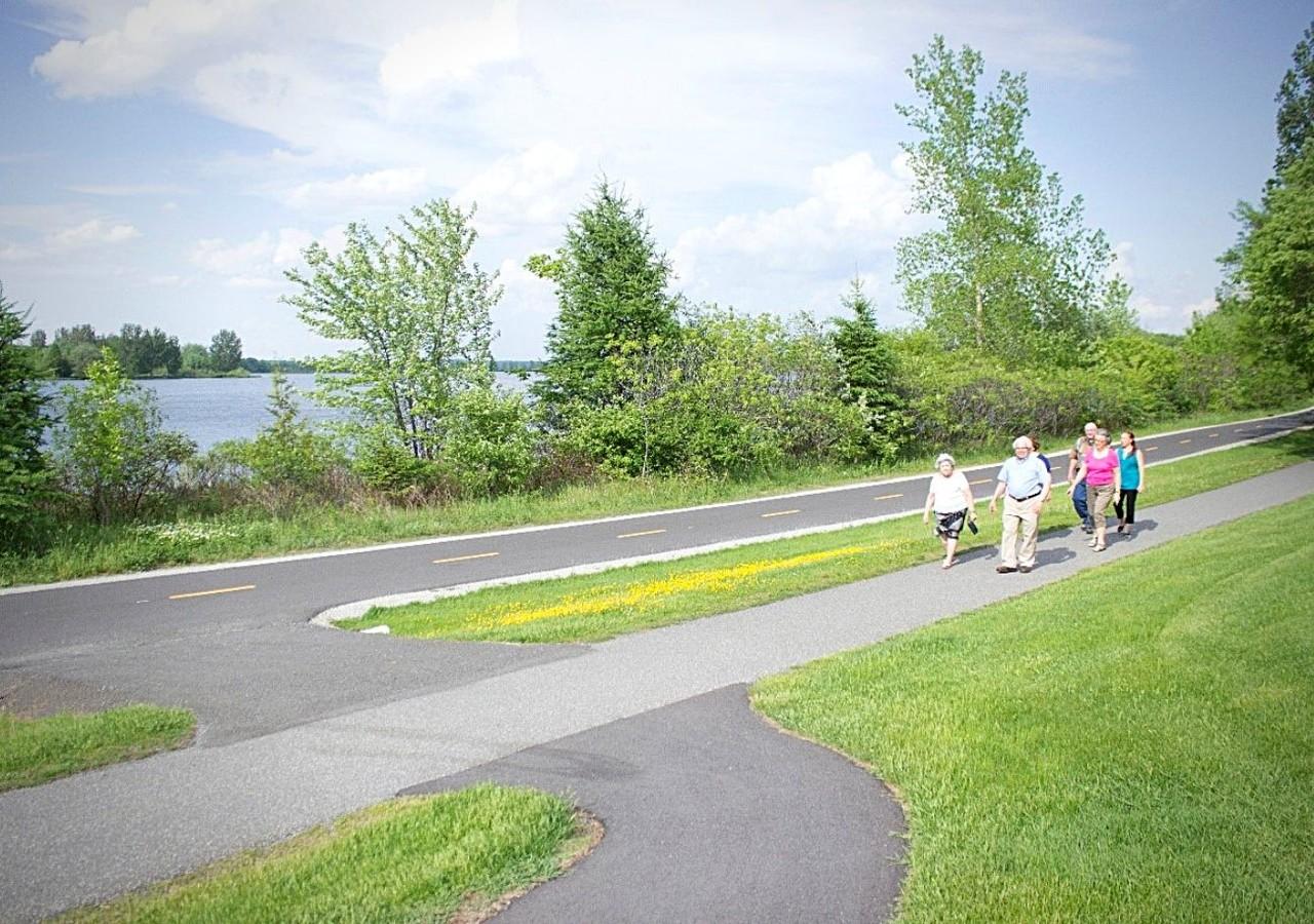 Résidents se promenant au bord du lac