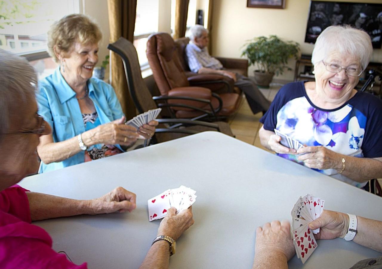 Résidents jouant aux cartes