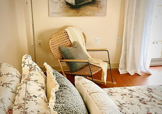 Chambre décorée avec une chaise en osier