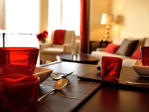 Vue d'une table mise avec salon lumineux en arrière plan