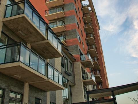 Bâtiment de douze étages en briques rouges et grises