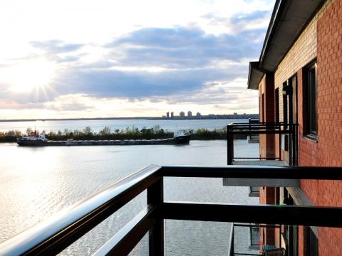 Balcons avec vue sur le fleuve et un gros bateau