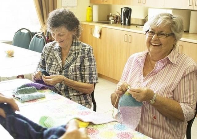 Résidentes faisant du tricot