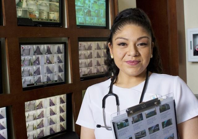 Infirmière travaillant à la résidence