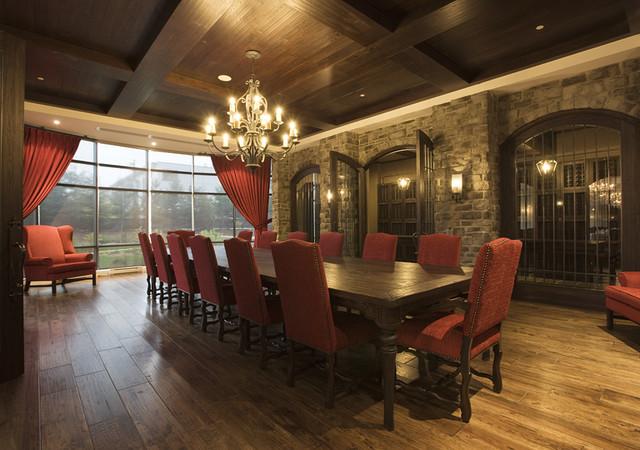 Salle à manger avec chaises rouges et vue sur la cour intérieure
