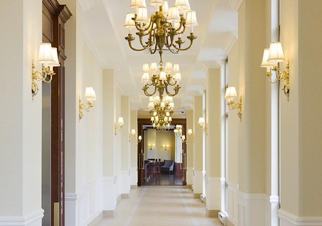 Corridor blanc et lumineux avec chandeliers