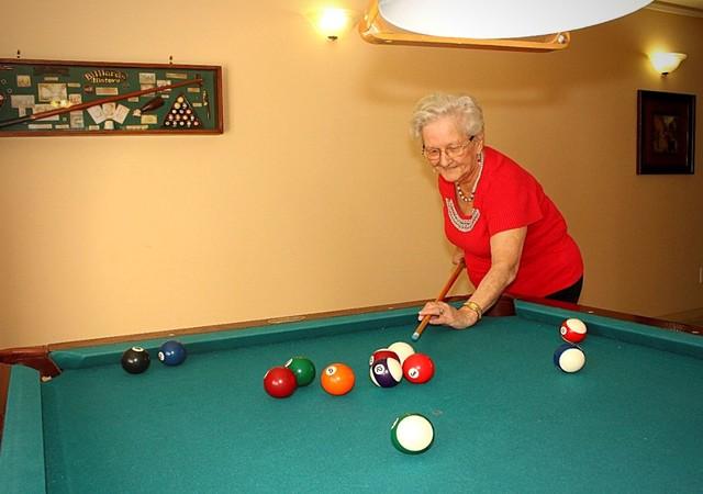 Résidente en train de jouer au pool