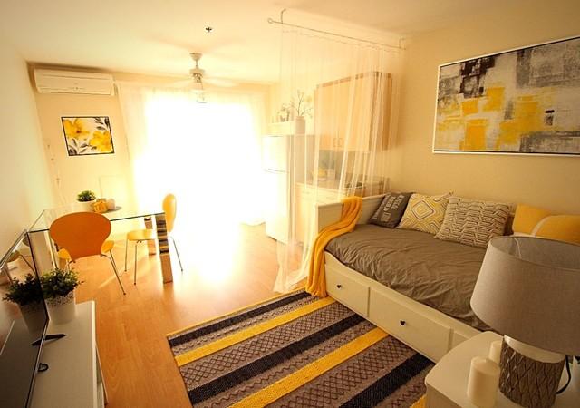 appartement décoré de jaune et de gris