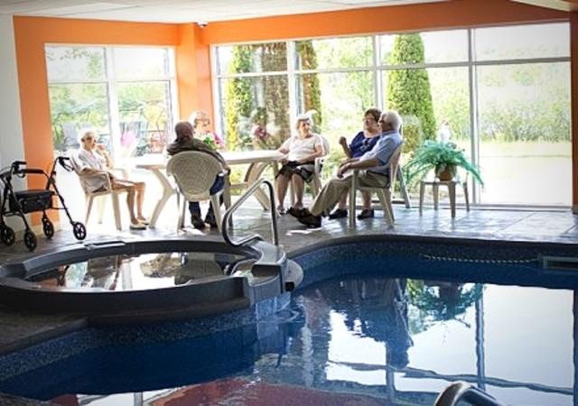 Résidents s'amusant près de la piscine intérieure