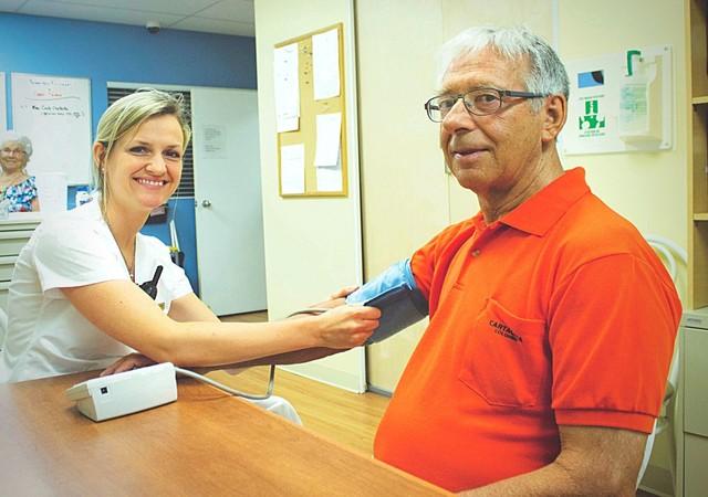 infirmière prenant soin d'un résident